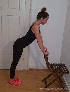 Po Übungen für Zuhause Beinheben stehend 1