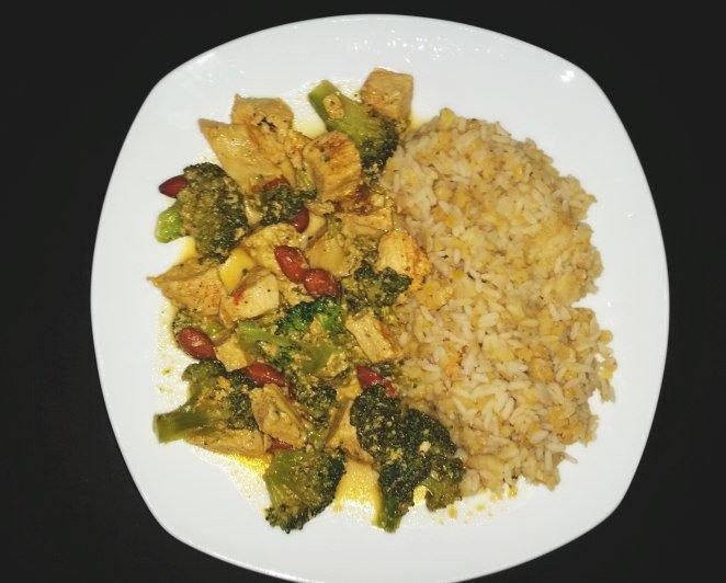 Curry-Hühnchen mit Reis und Brokkoli