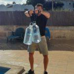 schultertraining mit wasserflaschen